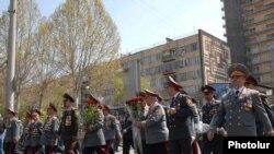 Армения – Высокопоставленные чиновники полиции отмечают День Полиции, проводя парад в центе Еревана, 16 апреля 2010 г.
