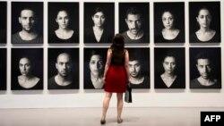 Arxiv fotosu. Vaşinqtonda İran əsilli Shirin Neshat-ın sərgisi