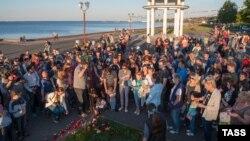 Петрозаводск тұрғындары Сямозеро көлінде қайғылы қазаға ұшыраған балаларды еске алу шарасында тұр. 20 маусым 2016 жыл.