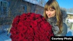 Настя Сазонова, получившая от своего парня Павла Барсукова 101 розу на трехлетний юбилей их первого свидания. Семей, январь 2012 года. Фото Алексея Барсукова.