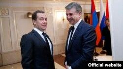 Дмитрий Медведев (слева) и Карен Карапетян (архив)
