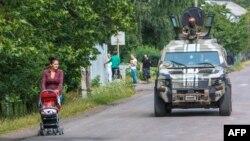 СБУ патрулює село Бобовище, що біля Мукачева. 14 липня 2015 року