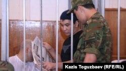 Ерганат Тараншиев (в одежде черного цвета) во время суда по «Шаныракскому делу». Алматы, 13 сентября 2007 года.