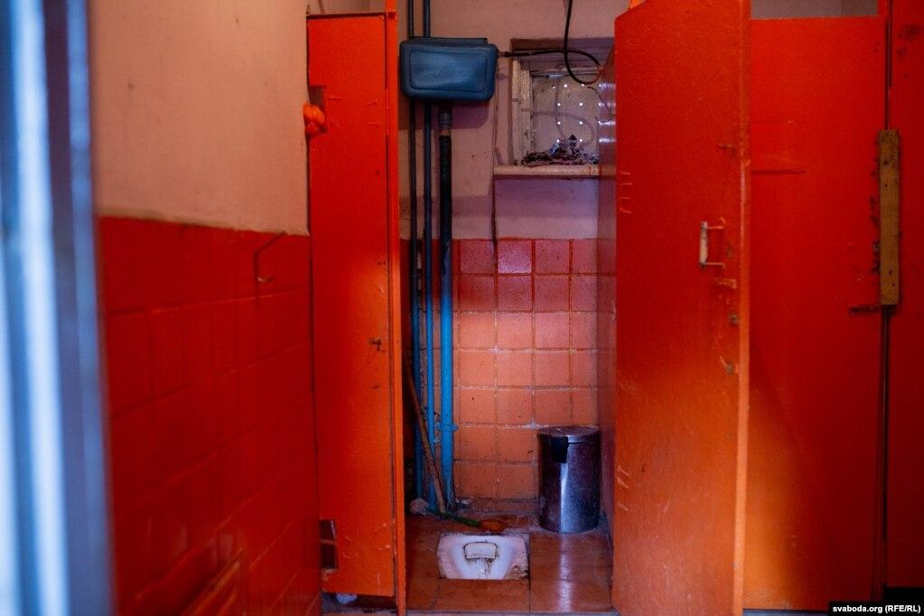 Туалет базируется в другой части здания