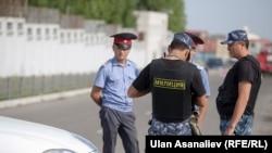 Возле посольства Китая в Бишкеке. 30 августа 2016 года
