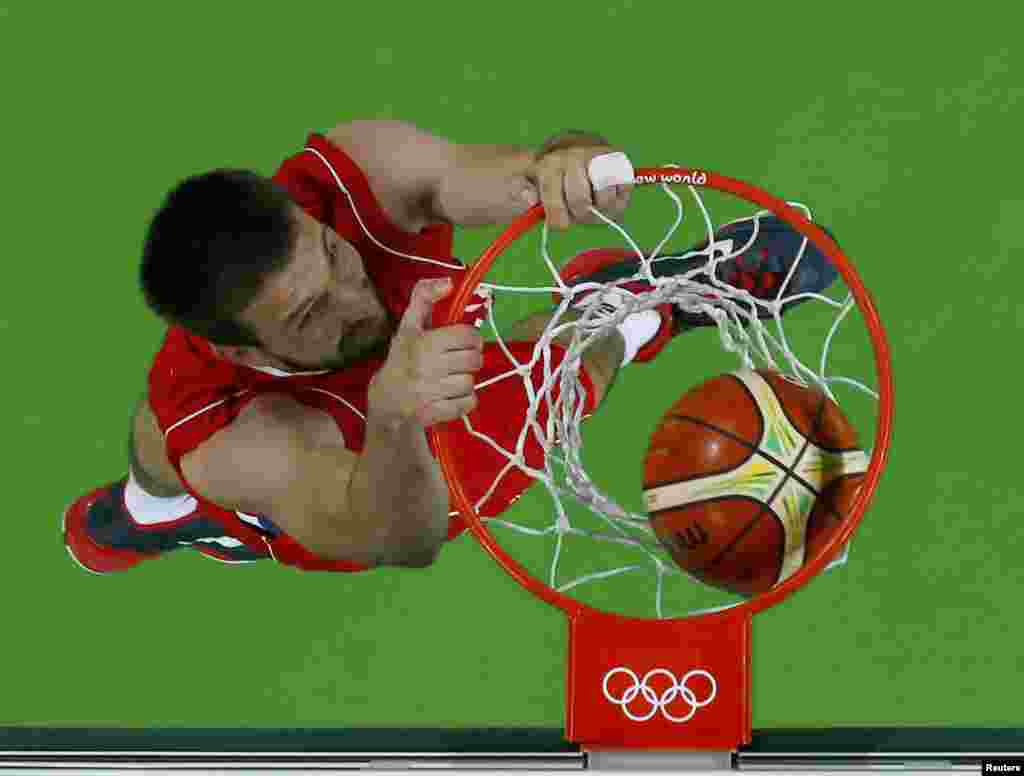 Серб Стефан Бірчевич забиває Венесуелі під час чоловічих змагань з баскетболу