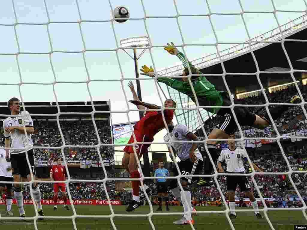 Німеччина – Англія 4:1. Вигравши повітряну дуель, англієць Апсон забив єдиний м'яч у відповідь в ворота Нойєра. - Вперше в історії чемпіонатів світу з футболу південноамериканських збірних в 1 / 4 фіналу виявилося більше, ніж європейських. У «чудовій вісімці» Південну Америку представляють чотири країни (Аргентина, Бразилія, Парагвай і Уругвай), а Європу – три: Німеччина, Голландія та Іспанія. Континент-господар – Африка – представлений збірною Гани. 2-3 липня пройдуть чвертьфінальні матчі.