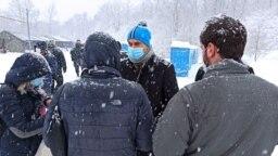 """Izbjeglice u kampu """"Lipa"""" pod snijegom."""