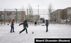 Дети, играющие на небольшом стадионе в городе. Аксу, 22 марта 2018 года.