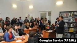 Рост цен, бедность и недоступность здравоохранения – это те вопросы, которые беспокоят граждан Грузии, но грузинские политики предпочитают избегать их, говорит директор представительства NDI в Грузии Луис Наварро