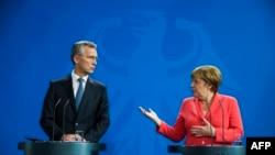 Генеральный секретарь НАТО Йенс Столтенберг и Федеральный канцлер ФРГ Ангела Меркель после встречи 2 июня 2016 года