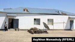 Көмекбаев ауылындағы оралмандардың шатырын жел ұшырған үйі. Қызылорда облысы, 16 шілде 2013 жыл.