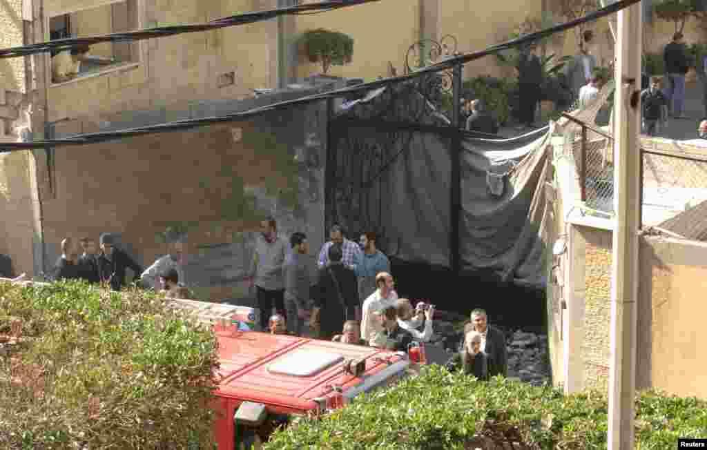 Иранские вооруженные охранники у главного входа в посольство после взрыва. Бейрут, 19 ноября 2013 года
