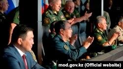 Қазақстанның экс-қорғаныс министрі Сәкен Жасұзақов (ортада отыр) Халықаралық әскери ойындарда. 2017 жылдың тамызы.
