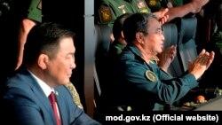Бывший министр обороны Казахстана Сакен Жасузаков (первый справа).