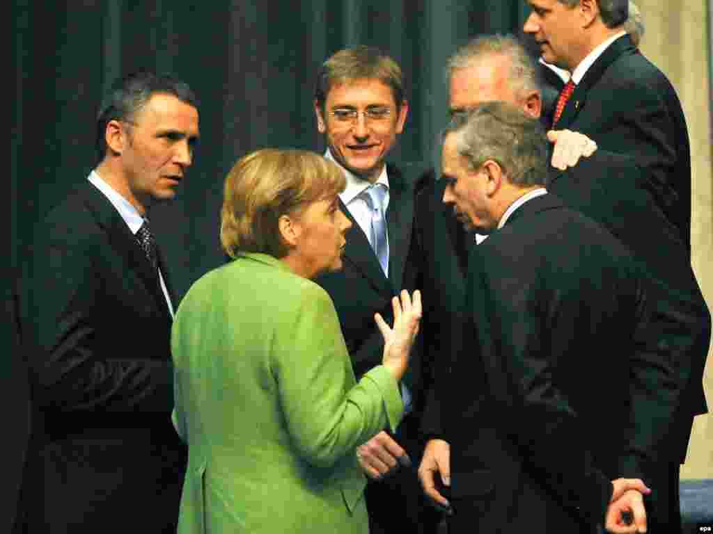 Хорватия, ки сарвазираш дар ин акс ҳамроҳи ҳамтоёни аврупоияш аст, ба НАТО даъватнома гирифт.