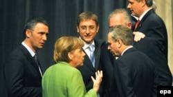 Германский канцлер (в зеленом) объясняет генсеку НАТО, почему с приемом в альянс Киева нужно повременить