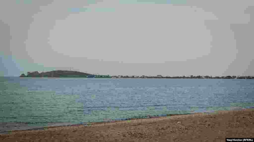 Дивлячись на спокійну гладь озера Чокрак, відчувається запах солі й дикого чебрецю