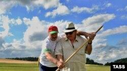 Президент Беларуси Александр Лукашенко учит Жерара Депардье косить траву