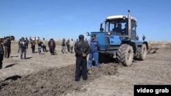 Жители села Актобе спорят из-за посевных площадей. Кызылординская область, 29 апреля 2015 года.