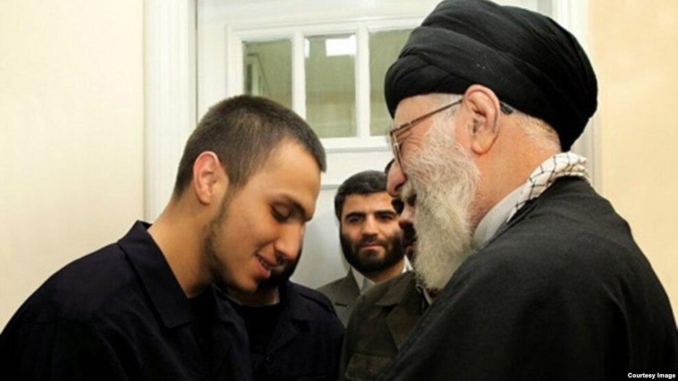 در این تصویر آیتالله خامنهای در کنار جهاد، برادر کشتهشده مصطفی مغنیه دیده میشود