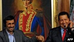 Архивска фотографија: Претседателите на Иран и на Венецуела, Махмуд Ахмадинеџад и Уго Чавез во Каракас во 2009 година.