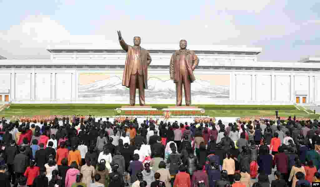 Әр жылы 15 сәуірде халық Пхеньяндағы Ким Ир Сен мен ұлы Ким Чен Ирге қойылған ескерткіш алдына жиналады. Ким Ир Сен өмірден өткен соң оның орнына Ким Чен Ир келді. Ким Чен Ир қайтыс болған сон билікке оның ұлы Ким Чен Ын келді.