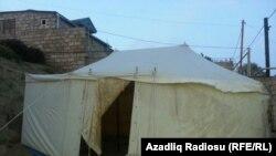 Zığda evi qəzalı vəziyyətdə olanların bəziləri çadırlarda yaşayırlar.