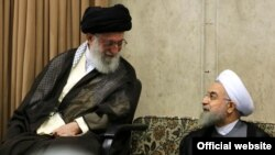 Высший руководитель Ирана аятолла Хаменеи (слева) беседует с президентом Ирана Хасаном Роухани. Тегеран, 23 июня 2015 года.