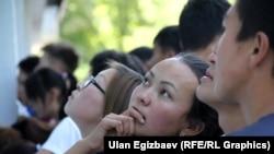 Бишкектеги ЖОЖдордун бирине тапшырып жаткан абитуриент. 2013-жыл