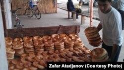 Продавец традиционного хлеба в Киргизстане