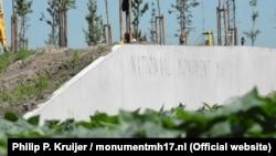 Монумент памяти погибшим в катастрофе рейса MH17 рядом с аэропортом Амстердама