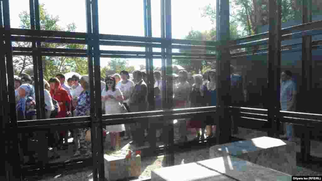 Саяси қуғын-сүргін құрбандарына арналған «Қасірет» мемориалына да гүл қойды. Шымкент, 31 мамыр 2016 жыл.
