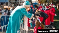 «Мороз-парад» на городской набережной, Ялта, Крым. 28 декабря 2019 года