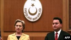 هیلاری کلینتون و علی باباجان در کنفرانس خبری در آنکارا.