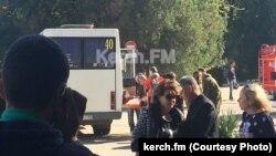Жителі Керчі біля коледжу, де стався вибух