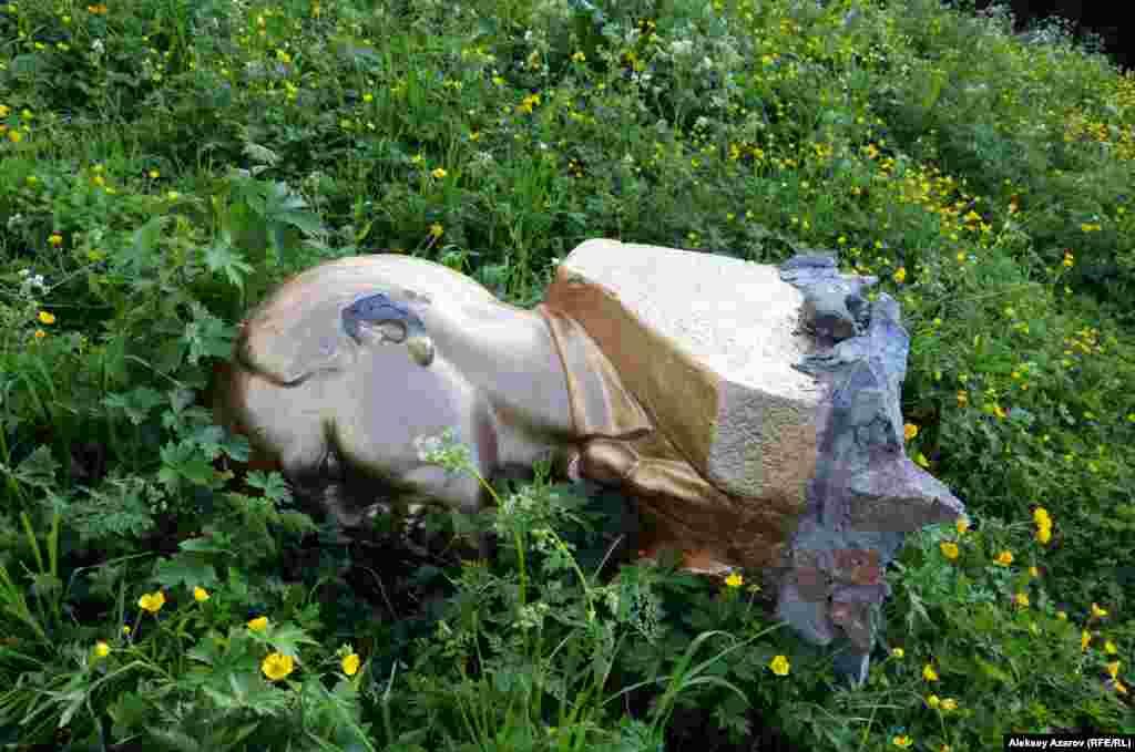 Азаттық тілшісі биыл жазда аталған шатқалға қайта барған кезде Ленин мүсінінің жерде жатқанын көрді. Өзі құлады ма, әлде біреу құлатты ма, белгісіз. Алматы облысы, 17 маусым 2018 жыл