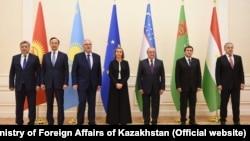 Министры иностранных дел стран Центральной Азии и представитель Евросоюза по внейшней политике Федерика Могерини (в центре) на Конференции министров иностранных дел «ЕС – Центральная Азия» в Самарканде. 10 ноября 2017 года.
