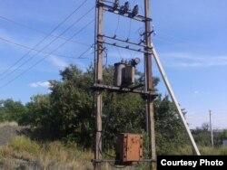Фото автора: старий трансформатор, відкритий вітрам та зливі