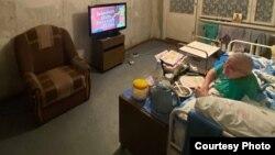 Квартира до ремонта, но уже с телевизором