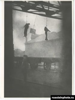 Одессадағы фабриканың алдында асылып тұрған жұмысшылар. Мәліметтер бойынша, оларды француз әскері дарға асқан. 1918 жылдың аяғы немесе 1919 жылдың басы.