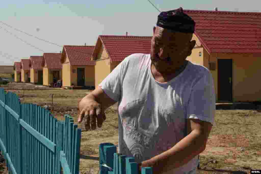 Айтбай Кесперов, приехавший в гости к дочери, закрывает калитку во дворе. Микрорайон Саялы, 11 июля 2009 года.