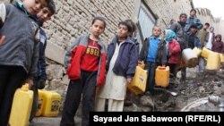 آرشیف، شماری از شهروندان کابل در حال گرفتن آب از یک نل آب آشامیدنی
