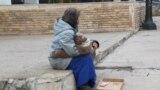 Архивска фотографија - Mлада самохрана мајка со двегодишно дете, питачи во центарот на Скопје.