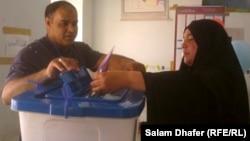 ناخبة تنتخب في انتخابات مجلس محافظة ميسان