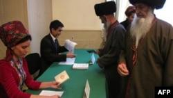 Türkmenistanda geçirilen saýlawlaryň birine gatnaşýan raýatlar we olary hasaba alýan resmiler.