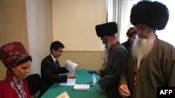 Türkmenistanlylar ses berýär. Aşgabadyň etegindäki Gypjak obasy, 15-nji dekabr, 2013.