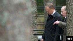 Премьер-министры Польши и России Дональд Туск (справа) и Владимир Путин на месте катастрофы самолета под Смоленском.