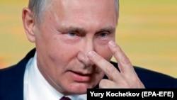 Rusiye prezidenti Vladimir Putin er yıl keçken yekünlev matbuat konferentsiyası vaqtında, Moskva, 2017 senesi dekabrniñ 14-di