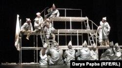 Открылся фестиваль премьерным спектаклем режиссера Абхазского театра Мадины Аргун по повести-притче Искандера «Кролики и удавы»